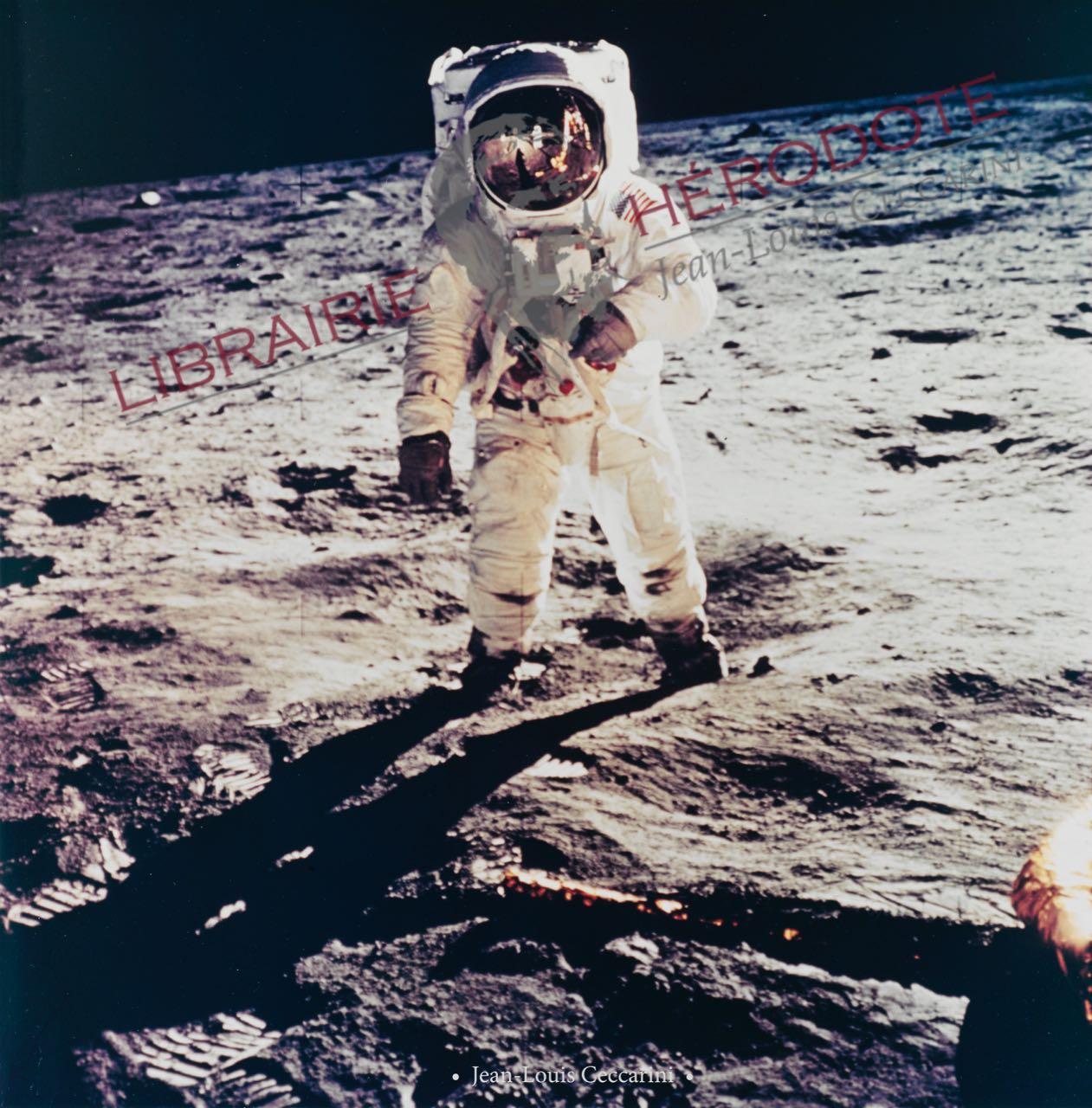 Buzz ALDRIN photographié par Neil ARMSTRONG qui se reflète dans la visière du casque d'Aldrin, le 20 juillet 1969. L'homme a marché pour la première fois sur le sol lunaire.